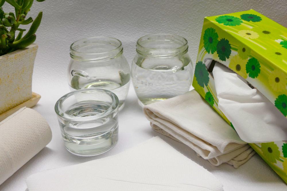 Poháre s čistou vodou , čisté handričky a savý papier